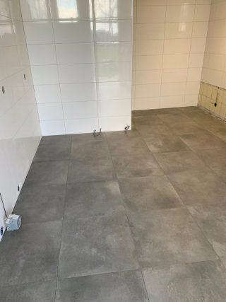 Vloertegel 60×60 cm Betonlook Ronda Antraciet NR17. Deze vloertegel is ook leverbaar in 80x80 cm.
