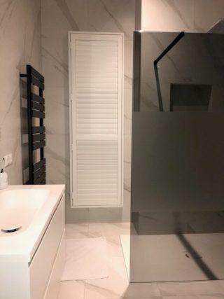 Vloertegel 60×60 cm Carrara mat G15 op de vloer en op de wand