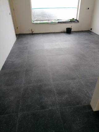 Vloertegel 60x60 cm Belgisch Hardsteen look Antraciet DC13 in de woonkamer is ook leverbaar in 80x80 cm.