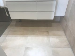 Vloertegel 60×60 cm betonlook Beige DC24 op de badkamer vloer en wand