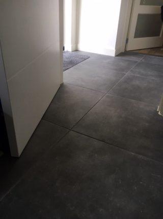 Vloertegel 60x60 cm Alaplana Assen Graphite in de woonkamer