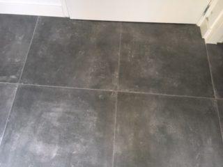 Vloertegel 60x60 cm Alaplana Assen Graphite op de vloer