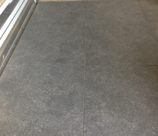 Vloertegels 60x60 cm Grijs Antraciet in de woonkamer