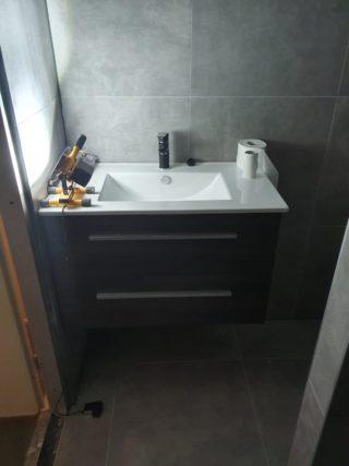 Vloertegel 60x60 cm Ariel Grijs betonlook Nr. 12 bij de wastafel