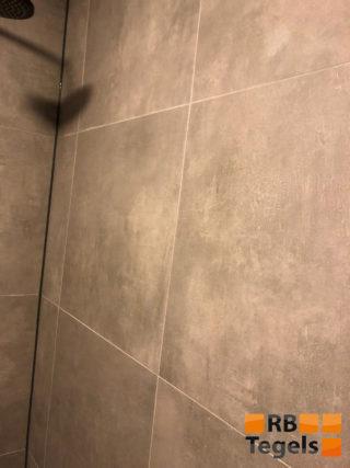 Vloertegel 60x60 cm Ariel Grijs betonlook Nr. 12 op de douchewand