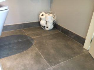 Vloertegel 60x60 betonlook Antraciet APA 15 gelegd in de wc