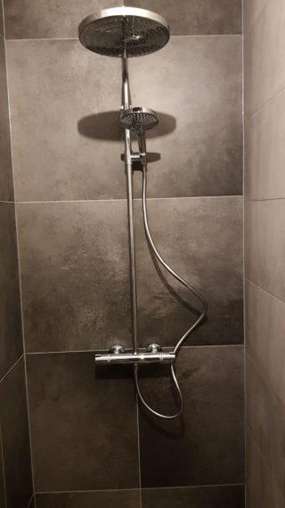 Vloertegel 60×60 cm Betonlook licht grijs DC89 is ook leverbaar in 30x60 cm, 80x80 cm en 60x120 cm. Deze betonlook tegel is gerectificeerd en uitermate geschikt voor in de badkamer, keuken of woonkamer.