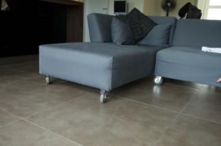 Woonkamer vloer met vloertegel 60x60 betonlook bruin taupe cementi Grigio nr 21