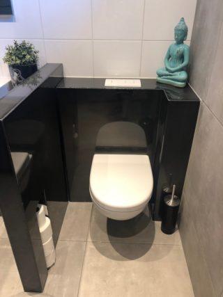 Vloertegel 60x60 cm Plane Grijs betonlook APA 14 op het toilet
