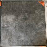 Vloertegel 60x60 cm betonlook antraciet ariel nr 20 op de vloer gelegd.