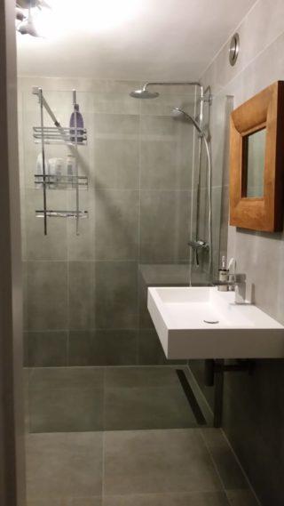 Vloertegel 60x60 cm betonlook Fairy Grijs H97 in de badkamer