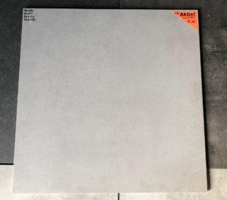 Vloertegel 60x60 cm betonlook grijs natura C16 op de vloer