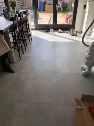 Vloertegel 80×80 cm Betonlook Ronda Grijs NR16 is zeer geschikt voor vloerverwarming