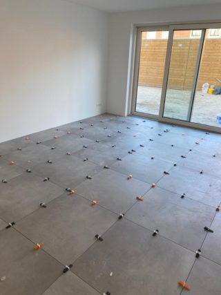 Vloertegel 80×80 cm Betonlook licht grijs DC89 is een betonlook tegel die gerectificeerd is en uitermate geschikt voor in de badkamer, keuken of woonkamer.
