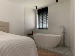 Vloertegel 80×80 cm betonlook licht grijs DC22 bij het bad