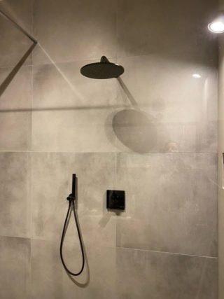 Vloertegel 80×80 cm betonlook licht grijs DC22 Is ook leverbaar in 30x60 cm, 60x60 cm, 45x45 cm en 60x120 cm.