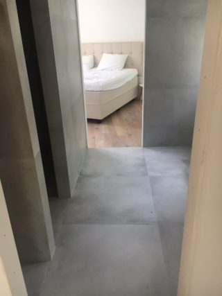 Vloertegel 80×80 cm betonlook licht grijs DC22 op de wand en vloer