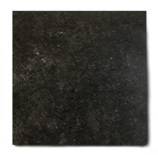 Vloertegel 80×80 cm natuursteen look belgisch hardsteen zwart E12 is ook leverbaar in 30x30 cm, 30x50 cm, 50x50 cm of in romaans verband van 30x30 cm,30x50 en 50x50 cm. Met deze vloertegels met de uitstraling van natuursteen krijgt u een natuurlijk uiterlijk in de ruimte. De voordelen van keramische tegels zijn onder andere dat ze zeer laag in onderhoud, milieuvriendelijk, hygiënisch en bestendig tegen hitte zijn.