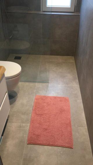 Vloertegel 80x80 cm Betonlook Ariel Grijs Nr. 12 in de douche gelegd, Deze vloertegel is ook beschikbaar in 30x60 cm en 60x60 cm.