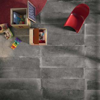Vloertegel 80x80 cm Flaviker Backstage Graphite FLA 4 is geschikt voor spelende kinderen in de woonkamer.