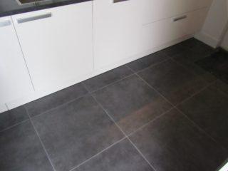 Vloertegel 80x80 cm cementi graphite betonlook antraciet nr 22 op de vloer geplaatst