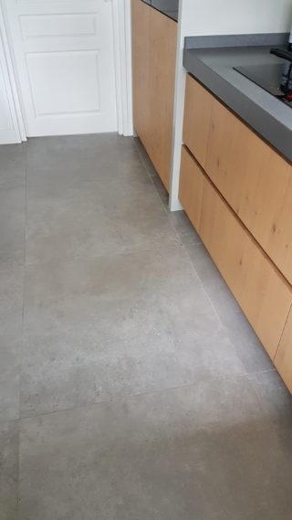 Vloertegel 90x90 cm Betonlook grijs C26 in de keuken. Deze tegel is ook mooi op de wand.