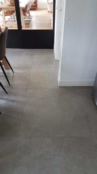 Vloertegel 90x90 cm Betonlook grijs C26 in de woonkamer