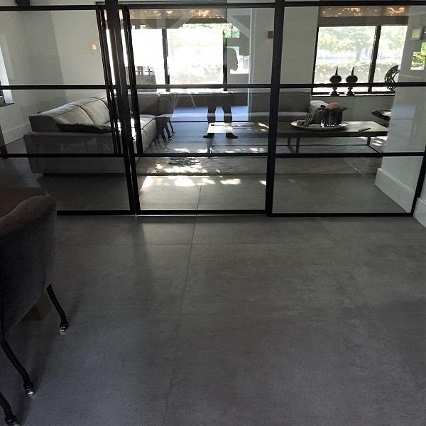 Vloertegel 90x90 cm Moss Grijs H91 betonlook met modern design
