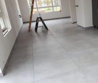 Vloertegel 90x90 cm betonlook Fairy Grijs H97 in de woonkamer