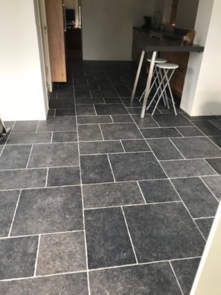 Vloertegel mix romaans verband belgisch hardsteen zwart E12 in de keuken gelegd