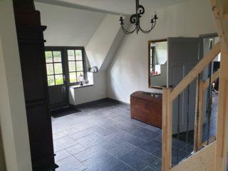 Vloertegel mix romaans verband belgisch hardsteen zwart E12 in de woonkamer