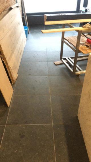 Vloertegel 60x60 cm DC 26 Belgian Noir Antraciet hardsteen imitatie op de vloer