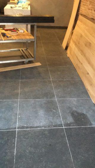 Vloertegel 60x60 cm DC 26 Belgian Noir Antraciet hardsteen imitatie gelegd op de vloer