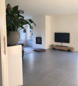Vloertegels 75x75 cm betonlook grijs natura c16 in de woonkamer