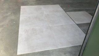 Betonlook vloertegel 75x75 cm licht grijs op de vloer gelegd
