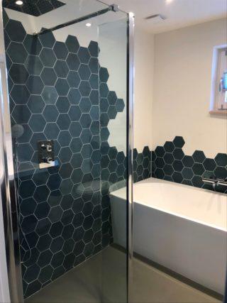 Wandtegel 13,9×16 cm Hexagon Groen A181 op de wand geplaatst in de badkamer.
