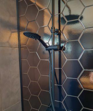 Wandtegel 15×17 cm Hexagon martini goud D3 in de douche