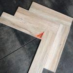 houtlook tegel visgraat 15x60 cm Licht bruin DC 5 op de vloer gelegd