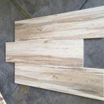 houtlook tegel 30x120 cm A. Beige bruin op de vloer