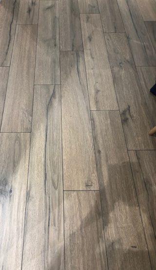 keramisch parket 20x120 cm Norland Walnoot C41 op de vloer