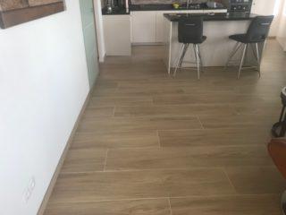 keramisch parket 30×150 cm N6 Kerota Beige op de vloer in de woonkamer en keuken vloer