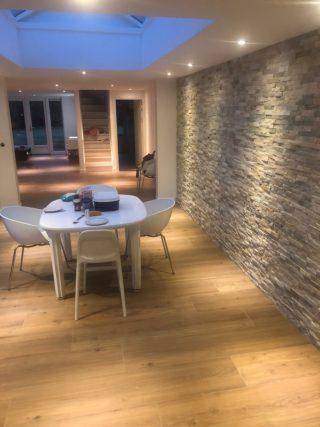 keramisch parket 30x150 cm N14 bruin op de vloer in de woonkamer
