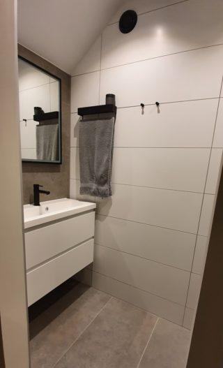mat wit 30x90 op de badkamer wand