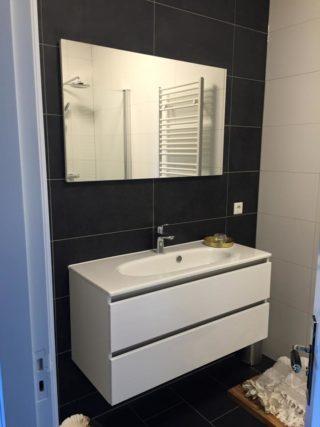 zwart betonlook vloertegel 30x60 cm gebruikt als badkamertegel op de wand.