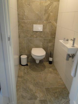 vloertegel 45×65 cm Bruin Grijs H38 op het toilet