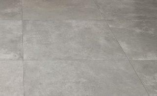 vloertegel 60x60 cm C26 Pearl betonlook grijs in de woonkamer