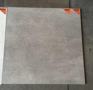 vloertegel 90x90 cm A29 Betonlook Grijs op de vloer