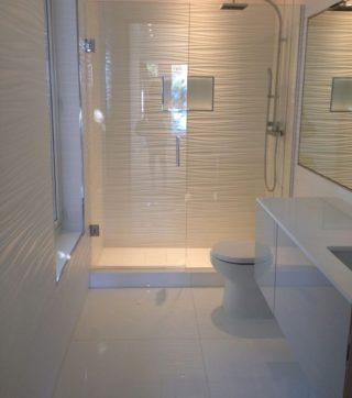 wandtegel 32x89 cm wave mat wit H84 in de badkamer, ook in hoogglans leverbaar