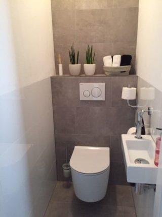 wc wandtegel 30x60 cm Glans wit gerectificeerd gecombineerd met grijze vloertegels