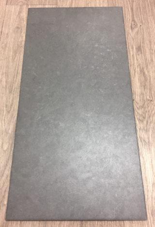Vloertegel 30x60 cm la fenice antraciet Nr. 64 op de vloer